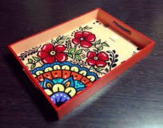 Resultado de imagen para bandejas pintadas a mano Funky Painted Furniture, Art Furniture, Painted Trays, Painted Boxes, Pottery Painting, Painting On Wood, Jar Crafts, Diy And Crafts, Decoupage Art