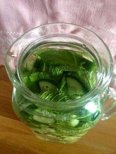 1. GIMZ heißt- Gurke- Ingwer- Minze- Zitrone Dafür braucht man : – 1 Liter Wasser – 1/2 mittelgroße Gurke, geschält und in dünne Scheiben geschnitten&hell