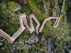 Passadiços do Paiva - 2015 - Trimetrica -  @ngphoto.com.pt #arquitetura #arquitectura #portugal #archdailybr #archdaily #igersbrasil #instagood #arouca #escadas #madeira - Saiba mais sobre o projeto no link em nosso perfil by archdailybr