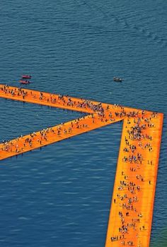 Christo and Jeanne-Claude's installation of square metres of shimmering yellow fabric floating on Lake Iseo in northern Italy Goldscheider, Drones, Christo Floating Piers, Floating In Water, Floating Dock, Christo And Jeanne Claude, Walk On Water, Water Water, Spirited Art