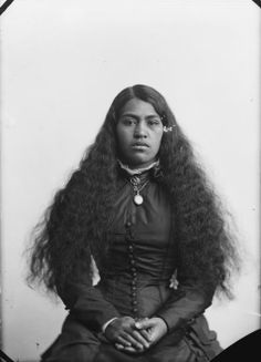 Carte de visite portrait of an unidentified Maori woman, taken, probably in the by Samuel Carnell of Napier. Dated from use of dry plate pr. Polynesian People, Polynesian Art, Old Photos, Vintage Photos, Vintage Portrait, Samoan Tribal, Filipino Tribal, Vintage Black Glamour, Vintage Glam