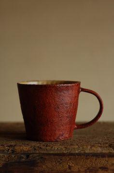 南青山 うつわ楓 2008年10月  京都伏見の井内さんのマグカップです。井内さん定番の外は赤い化粧、中は黄色い化粧になっています。内側の丹念に土の紐...