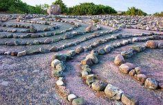 Blå Jungfrun Stenlabyrint uppbyggd av runda stenar på klipphäll.