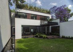 Esta casa tiene jardín por todos lados ¡y hasta una fuente en el pasillo! (De Joo Castro Chan)