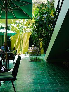 En fait je devrais plutôt dire, une journée à Marrakech. Il y a quelques temps je suis partie à Marrakech découvrir le nouvel hôtel le Radisson Blu Marrakech Carré Eden. Cela a été aussi l'occasion pour moi de découvrir la jolie ville de Marrakech. J'avais une journée non stop pour voir les incontournables de la ville mais aussi m'impregner et profiter de l'ambiance pour flâner et ne pas être à 100 à l'heure. Après avoir pris le bus, j'ai pu découvrir avec mon guide la mosquée de la…