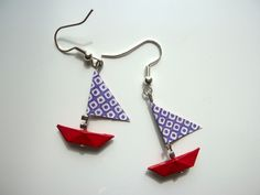 """boucles d'oreilles """" petits bateaux"""" rouge et violet Paper Bead Jewelry, Fabric Jewelry, Paper Beads, Diy Jewelry, Fashion Jewelry, Jewelry Design, Jewelry Making, Origami Jewels, Origami And Quilling"""
