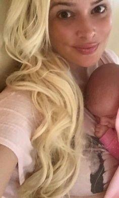 Überraschung! Daniela Katzenberger zeigt auf Facebook, dass sie unter ihren Make-up-Schichten ein hübsches Gesicht versteckt. Als frisch-gebackene Mama scheint die 29-Jährige den natürlichen Look für sich entdeckt zu haben. Weiter so!