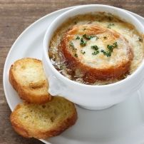 Oven-Baked Onion Soup: In this weather, who wouldn't want a big bowl of tasty soup? Onion soup to be specific. Crock Pot Recipes, Onion Soup Recipes, Cooking Recipes, Crockpot French Onion Soup, Baked Onions, Soup And Salad, Soups And Stews, Stuffed Peppers, Melted Cheese