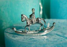 Hobbelpaard met ruiter Zilver: Lopende leeuw rechts 1e gehalte zilver Jaarletter: S=1953 Minerva: O=Roermond Gewicht: 11 gram Breed: 5 cm Hoog: 3 cm Conditie: nieuwstaat