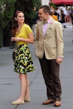 Como no sonreír con ellos??    Junto a su compañero de rodaje Ed Westwick (¿o deberiamos llamarle Chuck?), lueciendo melena ondulada suelta y diadema ancha.