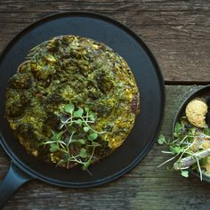 Spirulina is not only for your smoothies! Make this mega energising brekkie by supercharging your frittata with beta-carotene, chlorophyll, iron and Vitamins Spirulina Recipes, Garlic Broccoli, Spirulina Powder, Raw Garlic, Organic Eggs, Learn To Cook, Frittata, How To Dry Basil, Clean Eating