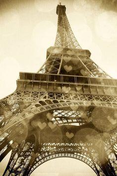 Fotografía torre Eiffe con efecto de corazones