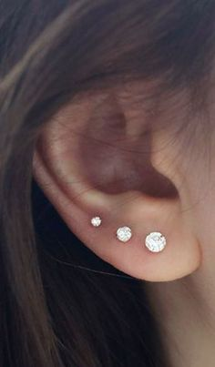 Trending Ear Piercing ideas for women. Ear Piercing Ideas and Piercing Unique Ear. Ear piercings can make you look totally different from the rest. Pretty Ear Piercings, Ear Peircings, Daith Piercing, Triple Ear Piercing, Piercing Tattoo, Diy Jewelry Unique, Cute Jewelry, Jewelry Ideas, Jewelry Websites