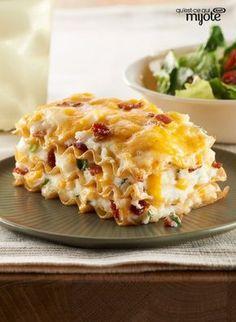 Ça ressemble à une lasagne, mais c'est encore meilleur ! Découvrez cette recette originale et du même coup, les petits pâtés farcis qui font cliquer nos amis. Tapez ou cliquez sur la photo pour obtenir la #recette de cette Casserole de perogies facile.