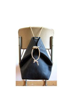 minimal rucksack charcoal black more chris vanveghel. love these simple minimal rucksack charcoal black more chris vanveghel. love these simple Handmade Handbags, Handmade Bags, Leather Craft, Leather Bag, Black Leather, My Bags, Purses And Bags, Sac Week End, Leather Projects