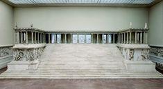 altar de zeus en pérgamo (S. II a.C). Monumento religioso que se encuntra en la acrópolis de Pérgamo. Es de estilo barroco helenístico en el que podemos encontrar un podium con una 2 planta porticada con una galería. Orden jónico y en los relieves presenta las luchas entre los titanes y dioses