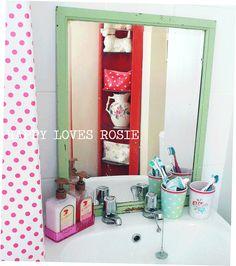 oude spiegel/lijst in strakke badkamer
