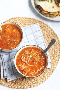 BENODIGDHEDEN: 125 gr wortel 1 ui 1 teen knoflook 3 tomaten 70 gr tomatenpuree 750 ml bouillon (runderbouillon of tuinkruiden) 1 kleine rookworst 2 tl Italiaanse kruiden handje vermicelli