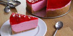 Den her opskrift giver den fineste lyserøde hindbær cheesecake med en sprød kiksebund, en fløjlsblød flødeostecreme og en klar, rød hindbærgelé på toppen. Brownie Cheesecake, Frisk, Let Them Eat Cake, Cheesecakes, Granola, Mozzarella, Cucumber, Feta, Risotto