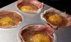 æg  parmaskinke  olivolie  salt  peber  tørred basilikum    ovn: 190 grader varmluft.  Tid: 12 min        ca 12 minuter.    Låt svalna en aning, ta dem försiktigt ur muffinsformen och servera.
