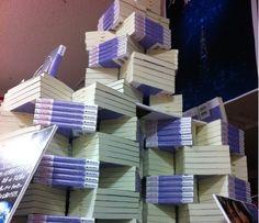 kirjakauppa Japanissa on rakentanut kirjoista tornin