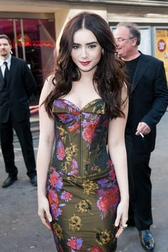 http://lily-jane-collins.org/gallery/albums/Appearances/2012/Mirror%20Mirror%20Paris%20Premiere%20Photocall%20-%20April%201/015.jpg