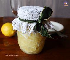I limoni sotto spirito sono un'ottima e semplice soluzione per avere sempre pronto un delizioso digestivo fatto in casa da offrire anche ai propri ospiti.