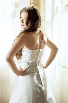 A-Linie Brautkleid mit Blumenverzierung.  © Depositphotos.com/lubavnel #brautkleid #weddingdress