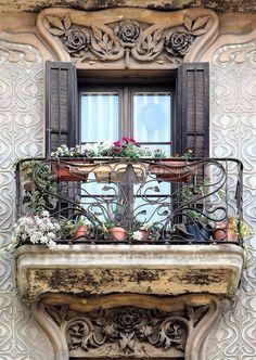 Una bella ventana modernista.