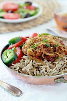 Recette des lentilles au riz et oignons frits bien dorés, ou mjaddara. Un plat libanais végétarien, économique, nutritif et très simple à faire.