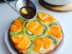 Édességre vágysz, de nem tudod mit készíts? Megmutatjuk, hogyan készül a világ legegyszerűbb grízes túrótortája! Nem lehet betelni vele! Hozzávalók: 500 g tehéntúró 3 evőkanál cukor 5 evőkanál tejföl 2 evőkanál gríz 2 tojás gyümölcsök tetszés szerint (kivi, eper, narancs) 1 tasak tortazselé vanília Elkészítés: A grízt keverjük össze a[...]