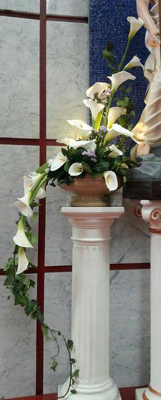 Creative Flower Arrangements, Tropical Floral Arrangements, Church Flower Arrangements, Funeral Arrangements, Concrete Garden Ornaments, Cascade Bouquet, Calla Lillies, Arte Floral, Ikebana