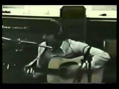 """McCartney revelou que o acompanhamento do violão foi inspirado em """"Bourée em mi menor"""" de Bach.  McCartney decidiu alterar algumas notas de Bach, criando a base para Blackbird.A letra é uma metáfora sobre os conflitos raciais e direitos civis na América, principalmente da situação das mulheres negras.   Fonte: wikipedia."""