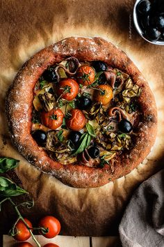 Red pepper pizza with eggplant, anchovies and black olives. A hydrated dough with roasted red pepper and garnished with tomato paste and basil. Vegetarian Recepies, Vegetarian Pizza, Vegan Pizza, Eggplant Pizza Recipes, Eggplant Pizzas, Healthy Cookies For Kids, Healthy Snacks, Healthy Recipes, Peppers Pizza