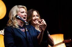 Karen Zoid en Juanita du Plessis het Vrydagoggend die internasionale superster, Rihanna, op iTunes onttroon met die gewildste liedjie.