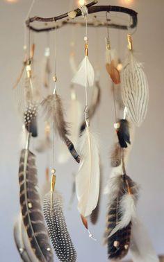 Federn Dreamcatcher Mobile träumen verspielt DIY can I do this with Turkey feathers Feather Crafts, Feather Art, Feather Mobile, Crafts With Feathers, Diy And Crafts, Arts And Crafts, Crafts Cheap, Dream Catcher Mobile, Idee Diy