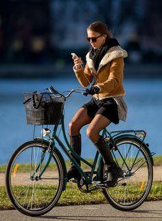 Copenhagen Bikehaven by Mellbin - Bike Cycle Bicycle - 2016 - 0134 Bicycle Women, Bicycle Girl, Style Photoshoot, Photoshoot Inspiration, Dutch Bike, Outfit Invierno, Cycling Girls, Cycle Chic, Bike Style