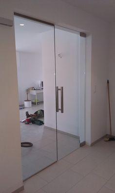 Celoskleněné kyvné dveře s bočním světlíkem