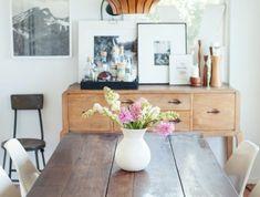table-style-retro-chis-pour-la-salle-a-manger-lustre-en-bois-design-moderne-fleurs-sur-la-table