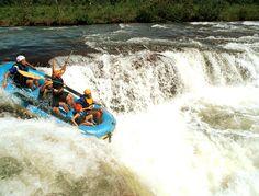 Los deportes de aventura, como el rafting, son una forma divertida y emocionante de hacer deporte.