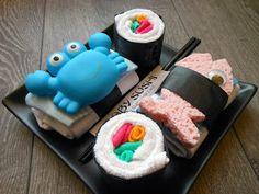 Babyshower cadeau-tip: Baby Sushi. De twee nigiri-sushi bestaan uit een gevouwen Jip & Janneke rompertje (Hema) met daarop een paar sokjes (Zeeman). De twee maki-sushi rollen bestaan uit spuuglapjes (Zeeman), twee kleuren sokjes (Zeeman), aangevuld met twee strookjes gele vilt voor de kleur. Door LovingLeiden.