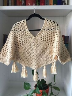 Crochet Wool, Crochet Cardigan, Crochet Crafts, Crochet Granny, Crochet Clothes For Women, Häkelanleitung Baby, Crochet Triangle Scarf, Crochet Poncho Patterns, Crochet Fashion