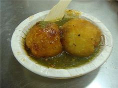 Immensely popular in Indore since decades for its Indian street food ! It serves unique Patties, Kachoris, Samosa, & Khaman ! Tamarind Chutney, Indian Food Recipes, Ethnic Recipes, Food Snapchat, Indian Street Food, Chaat, Aesthetic Food, Indore, Snacks