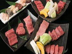 《 渋谷 》通常1万円の「佐賀特選コース」が6000円に! 特選佐賀牛、厳選国産黒毛和牛にこだわる『蔵元』は、肉本来の味が楽しめると評判の焼き肉店。これまで山口・福岡で4店舗を展開してきたが、今回満を持しての関東進出だ。 今なら5/31(火)までの期間限定で、通常1万円の最上級「佐賀特選コース」が渋谷店オープン記念の特別価格6,000円(税抜)にて提供される。しかも、2時間の飲み放題付きというからこれは絶対見逃せない! 「特選和牛盛り合わせ」 「佐賀特選コース」のコース内容はこちら ※期間:5/1(日)~5/31(火) ※来店希望日の前日までに要予約(予約は2名より) 柔らかい赤身の中に風味ただよう脂肪がきめ細やかに入った見事な霜降りの特選佐賀牛を存分に味える!