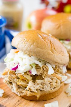 This Apple Cider Pulled Chicken is Weight Watchers approved and so easy to make! You can turn it into sandwiches, tacos, sliders, or serve it over rice! Pizza Weight Watchers, Poulet Weight Watchers, Weight Watchers Breakfast, Weight Watcher Dinners, Weight Watchers Chicken, Shredded Chicken Sandwiches, Pulled Chicken Recipes, Chicken Meals, Crockpot Recipes