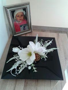 Magnolie+na+tácku+Moderní+aranžmá+s+magnolií.+Délka+dekorace+27cm,šířka+27cm,výška+9cm. Funeral Flowers, Art Floral, Floral Arrangements, Red And White, Composition, Xmas, Projects, Design, Home Decor