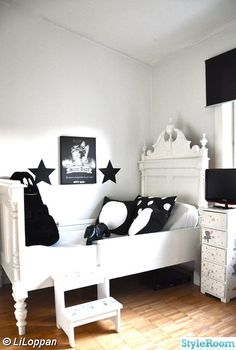 Love a black and white room. That stuffed animal scares me though.