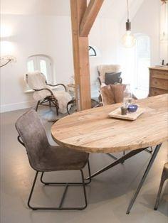 Otoh is een 5 cm dikke ovale eettafel. Deze ovale tafel is gemaakt van 100 jaar oud gerecycled Elmwood. Het design Spider onderstel kan in verschillende kleuren worden gepoedercoat. De Otoh van Hout is te bestellen in de maten 100 cm breed en 220/250 cm lang. De eettafel heeft een hoogte van 77cm. Wilt u een functionele eettafel met enorm veel karakter in uw woonkamer of keuken? Dan is de Otoh van Hout dé tafel voor u.  Diner Table, Interior Styling, Interior Design, Living Room Inspiration, Dining Area, Outdoor Tables, Living Room Designs, Beautiful Homes, New Homes