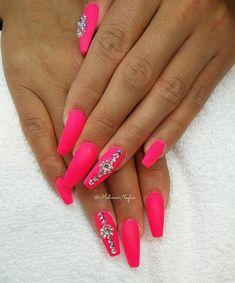 """""""Mi piace"""": 585, commenti: 3 - Malin Almqvist ▪ Gbg, Sweden (@malinasnaglar) su Instagram: """"Nagelförlängning med """"Neon Pink"""" (Lillfingernaglarna är kortare pga skada) #naglar #nails…"""""""