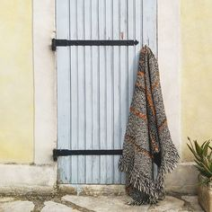 Tapis tissé main en laine #PostDiemCasa  #deco #tapis #rug #carpet #interior #decor #handmade #home #homedecor #rugs #corsicankilim #kilim #wool #local #handweaving #handweaved #weaving #tissage #laine #teinturevegetale #vegetabledye #Corsica #madeinCorsica #Corse #artisanat #madeinFrance #méditerranée #jardin #Marseille